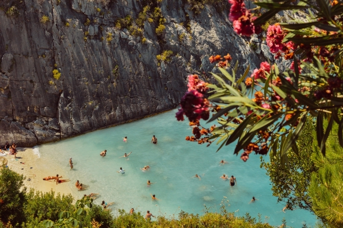 jolie image pour un fond ecran gratuit, baignes de soleil dans eau turquoise, photo de rochers et plage au sable doré