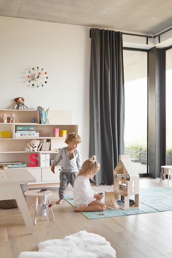 murs blancs, rideaux gris, garçon et fille qui jouent, deco chambre fille, parquet PVC clair, horloge avec les heures colorées, étagères murales claires