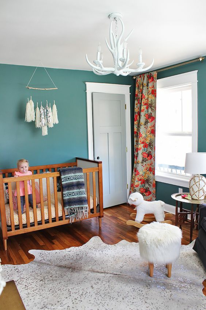 chambre bleu canard, chambre de fille, lustre chambre en forme de cornes entrecroisées blanches, décoration murale suspendue en forme de pompons