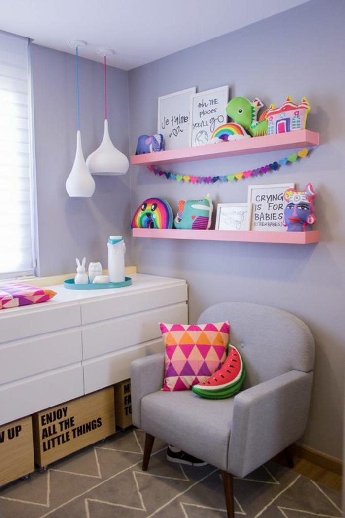 tapis chambre fille en taupe et blanc, decoration chambre enfant, décoration chambre bébé fille,murs en lavande, étagères roses, fauteuil en lavande, meuble suspendu blanc, luminaires blancs suspendus sur fil bleu électrique et fil rouge