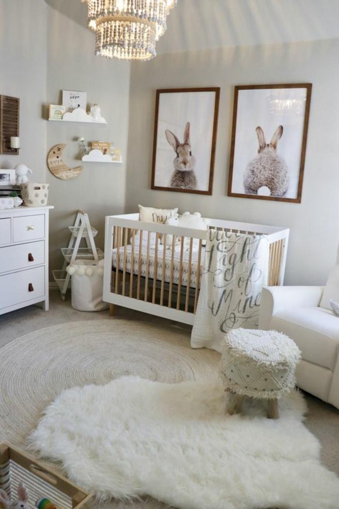 chambre gris et blanc, lettre decoratrice, tableau chambre bébé, lustre chambre, murs blancs, meuble rangement blanc, tapis rond en couleur crème