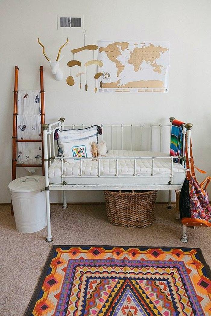 décoration chambre bébé fille, tapis en orange et lila, murs blancs, échelle pour suspendre des draps et des vêtements, panier a linge blanc