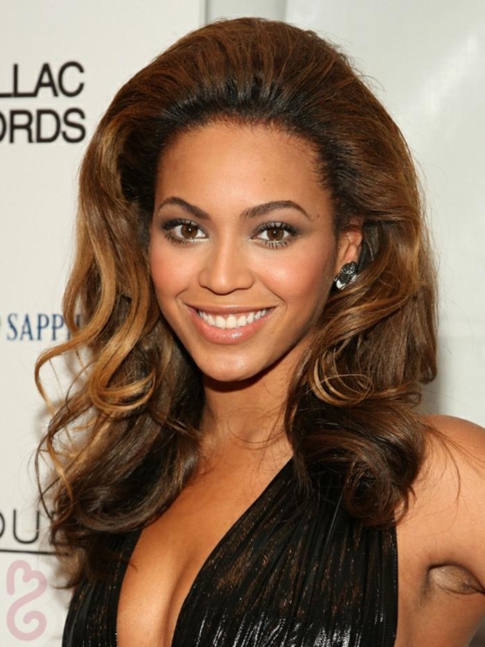 les cheveux volumineux de Beyoncé, mèches chataîns cuivrés sur cheveux chataîns foncés