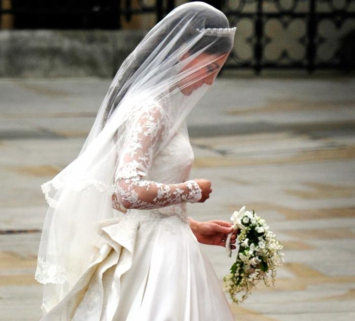la robe de mariée bohème de Kate Middleton, voile en tulle, manches en dentelle