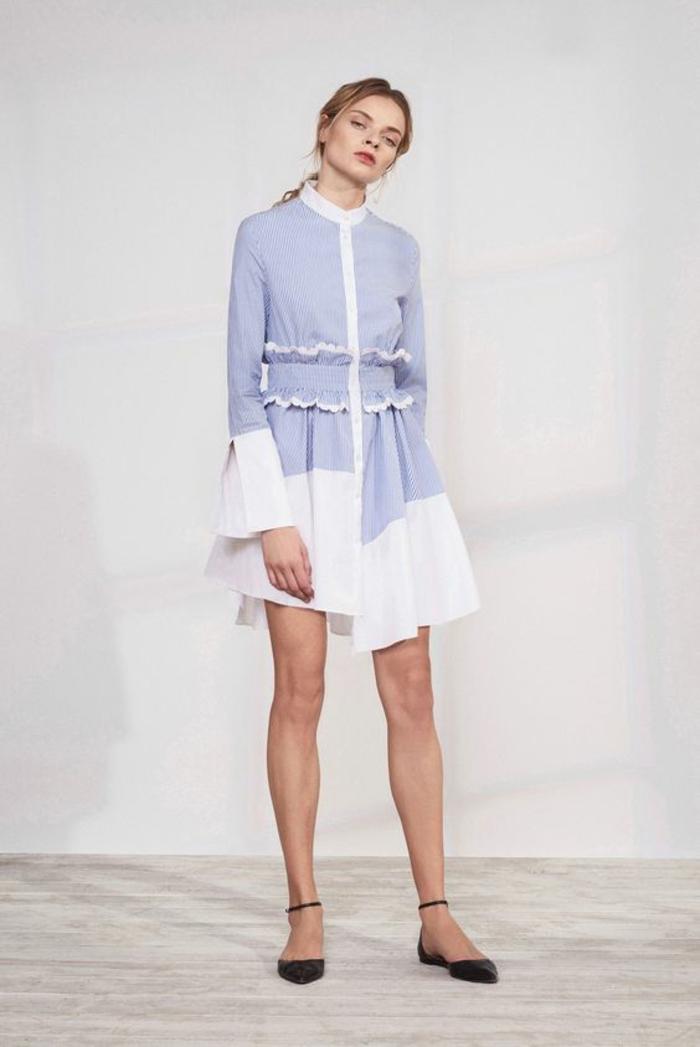 mini robe en blanc et en bleu pastel asymétrique, col rond fermé avec des mini boutons, manches aux gros volants, escarpins plats noirs, tenue chic, tenue habillée