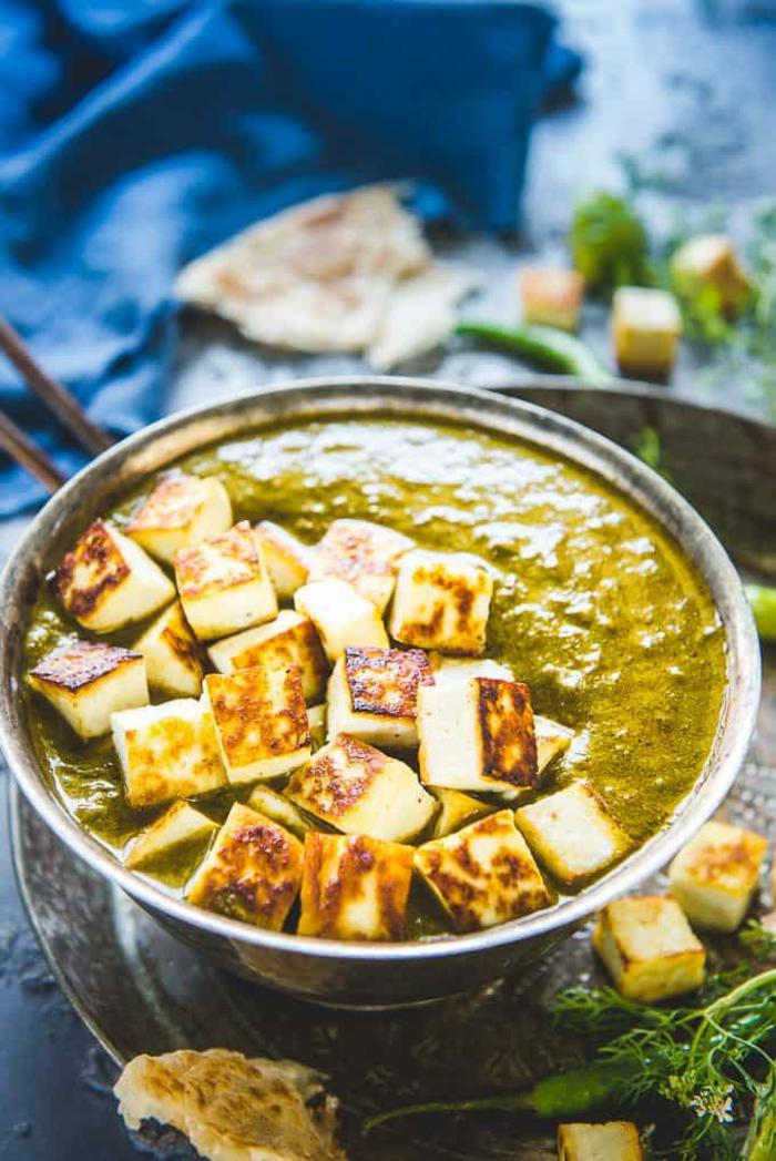 menu de la semaine, repas dietetique, recette minceur, repas du soir léger, soupe aux épinards, avec des petits cubes de fromage blanc grillés