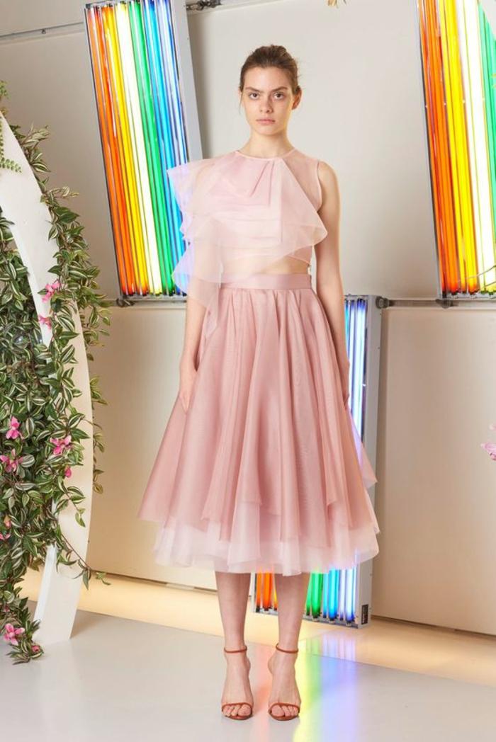 casual chic femme, jupe en tulle couleur saumon et top sans manches en rose clair, tenue de fête femme, sandales lacets fins en rouge