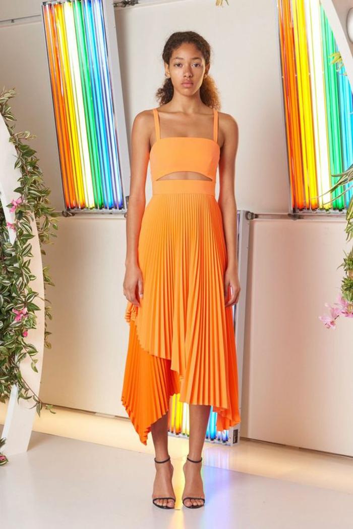 printemps 2018, collection Milly, robe longue plissée, top aux bretelles fines,sandales noirs lacets fins, robe orange plissée et asymétrique, robe femme habillée