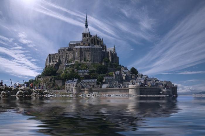 Mont Saint-Michel, ciel bleu et nuages blancs, beaux reflets dans l'eau, images légèrement tremblantes, soleil rayonnant