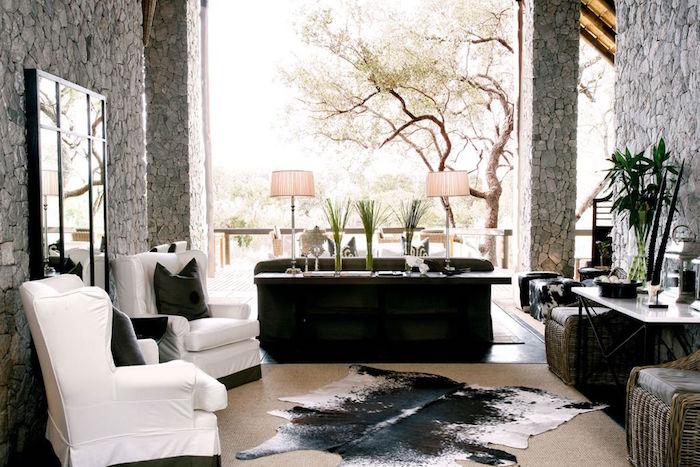 décoration patio style boheme exotique, tapis en peau de vache, deco terrasse ethnique chic