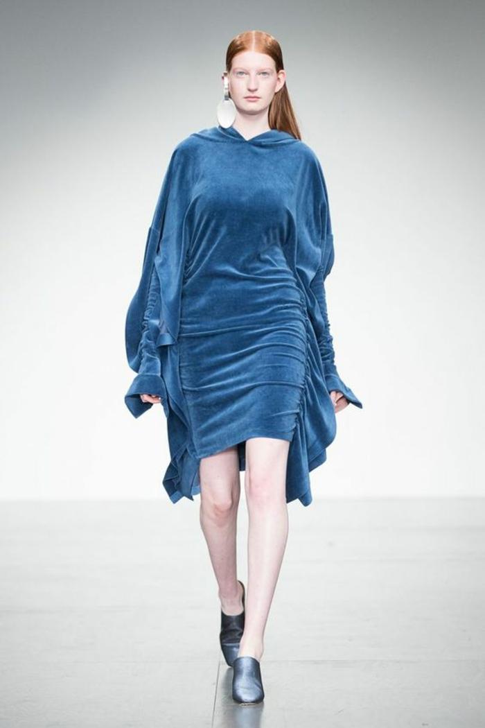 robe en bleu indigo, tenue habillée, robe habillée, manches bouffantes, casual chic femme, longueur mini, chaussures bleues bouts arrondis
