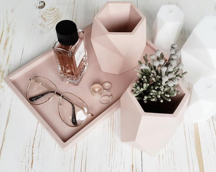 aménagement de bureau féminin avec accessoires en bois peint en rose pastel, modèle de bougies à design géométrique