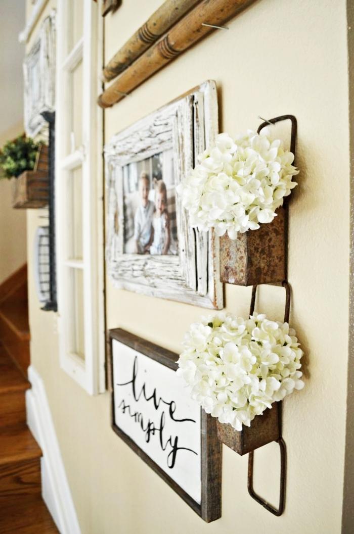 deco hall entrée avec objets de bois en style vintage, cadres photos originaux en bois usé shabby chic et bois foncé