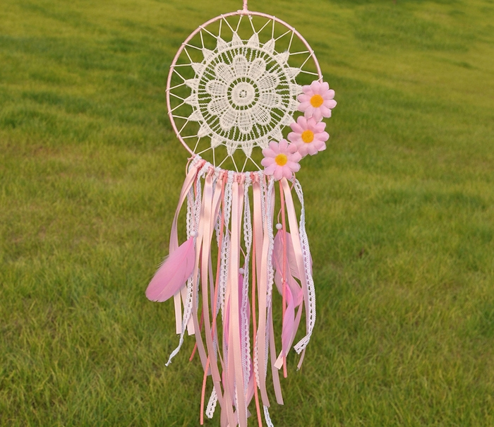 activité manuelle printemps, attrape rêve avec un centre en napperon blanc, chutes de ruban blanc et rose et déco fleurs artificielles rose