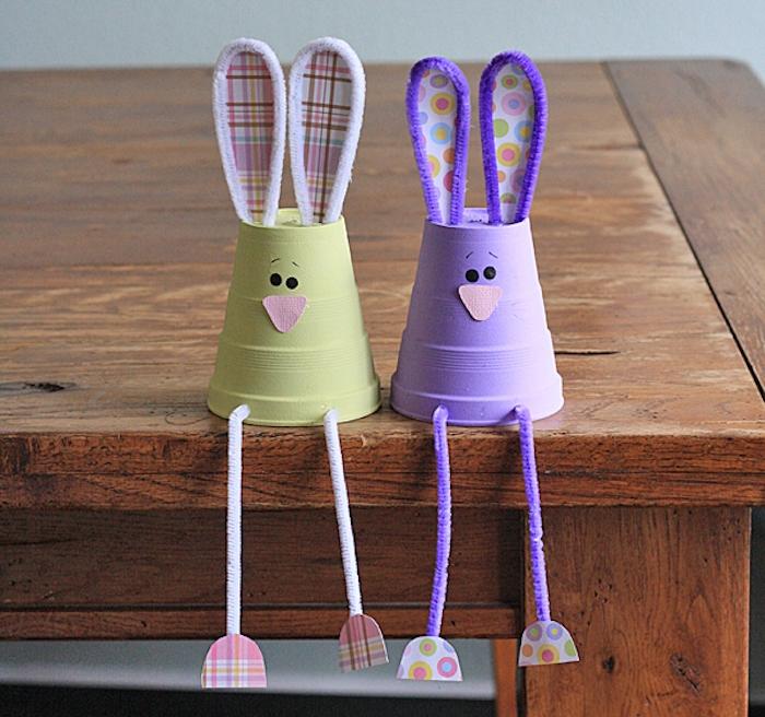 lapin de paques en gobelet plastiqye avec des oreilles et jambes en tissu et cure pipe, activité manuelle primaire