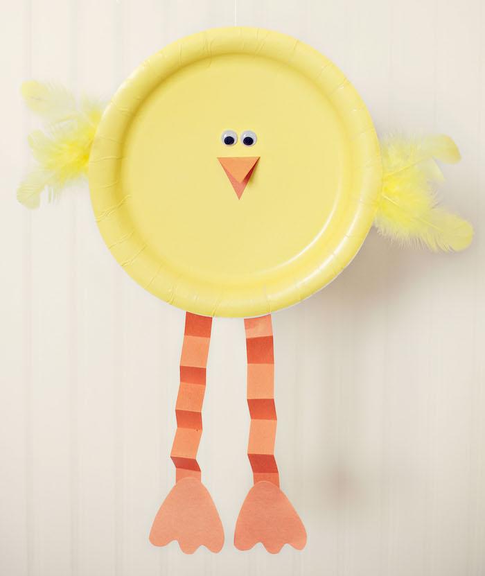 poussin de paques en assiette de papier avec des jambes et bec en papier orange, activité manuelle primaire, des yeux mobiles, plumes jaunes