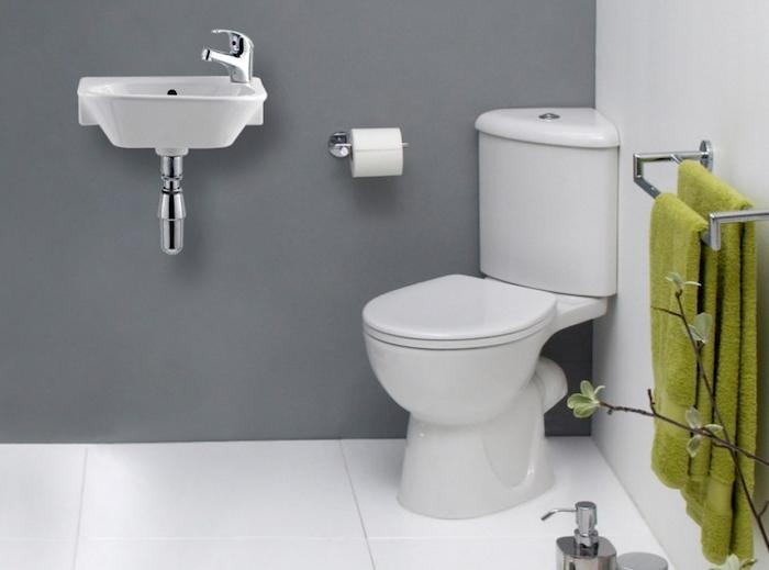 exemple d agencement salle de bain, simple lavabo, wc d angle et porte serviette, murs gris et blanc