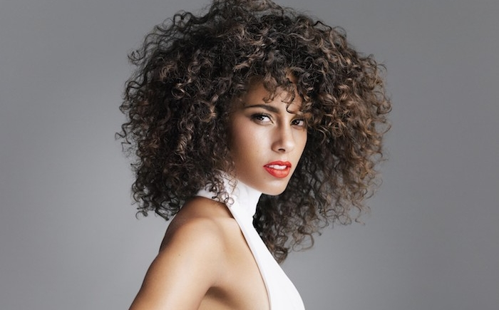 coiffure boucle avec volume, boucles serrées femme, alicia keys look rebelle, robe blanche