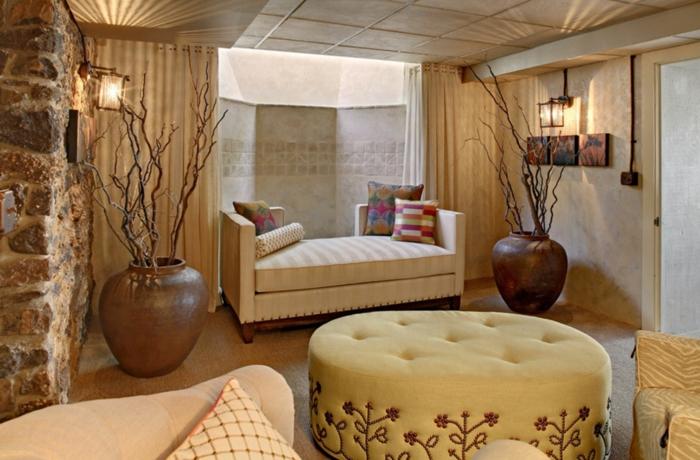salon feng shui, tabouret type pouf rond en couleur ivoire, vases en couleur terre, canapé en style classique, plafond asiatique