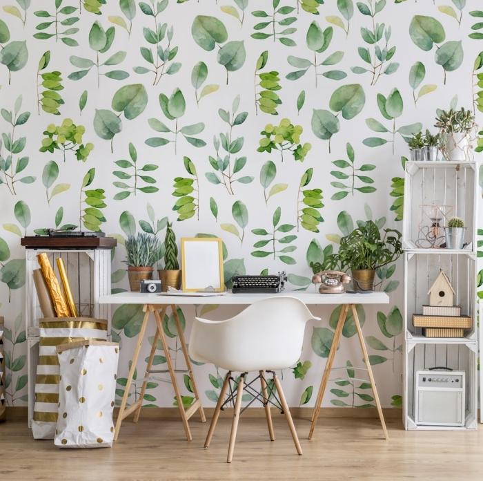 déco de bureau avec meubles de bois et revêtement mural en papier peint jungle tropicale de couleurs blanc et vert