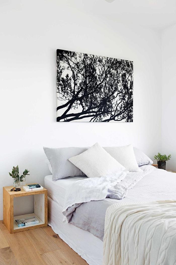 idée deco pour chambre à coucher petit espace de style minimaliste, un cube de rangement en bois qui fait office de table de chevet au design contemporain