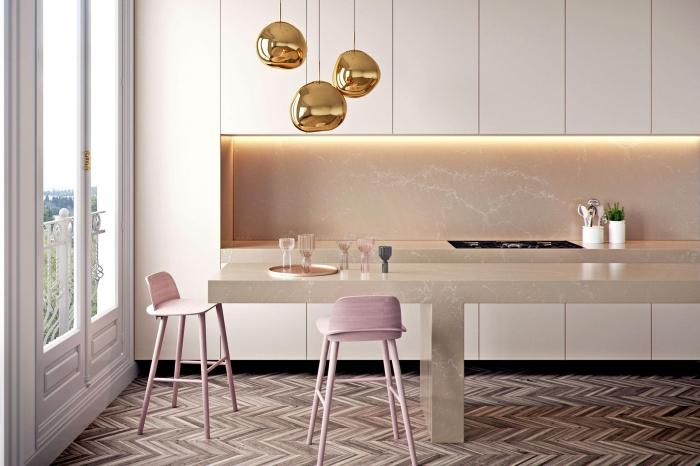 cuisine moderne aux meubles blancs avec comptoir et crédence beige, modèles de chaise de bar en rose poudré