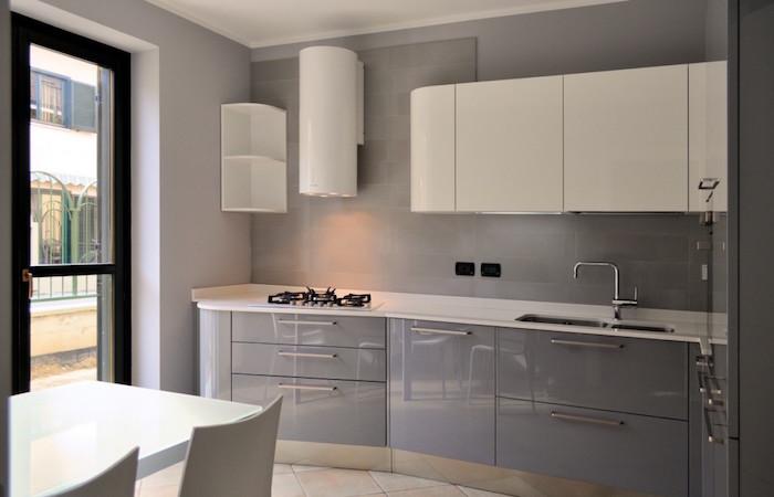 petite cuisine équipée design avec meubles gris laqués et blancs