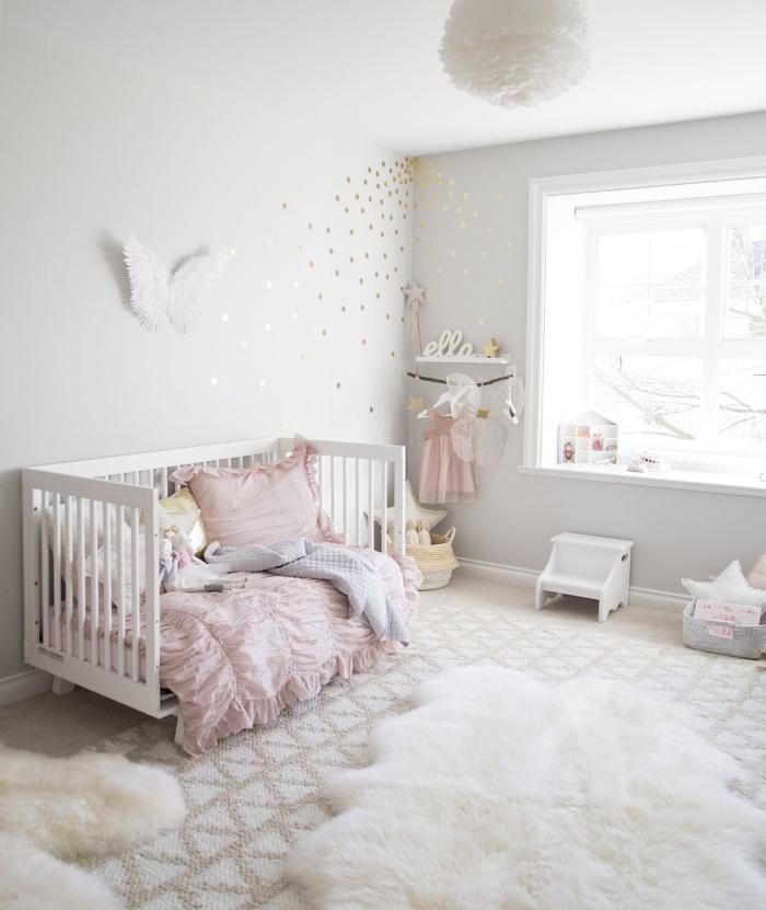 pièce blanche pour fille, tapis à imitation peau d'animal blanc combinés avec grand tapis en beige et blanc aux motifs géométriques