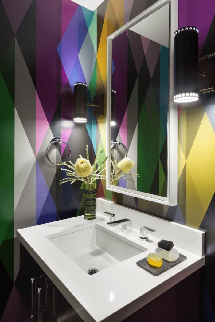 déco de salle de bain moderne avec évier et miroir blanc, revêtement mural avec papier peint multicolore résistant à eau