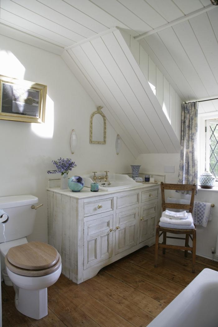 idée pour une decoration de salle de bain de style campagne chic, équipée d'une commode chinée transformée en meuble vasque