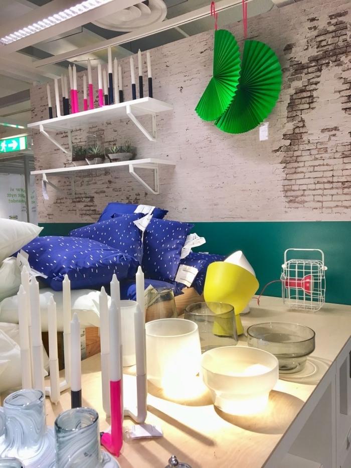 modèle de papier peint industriel aux motifs briques blanches, déco salon avec étagères murales et coussins décoratifs