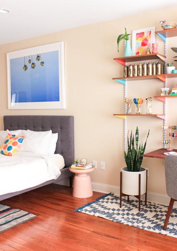 idée amenagement chambre à coucher grand espace avec un coin bureau surmonté par une étagère personnalisée en tons pastel