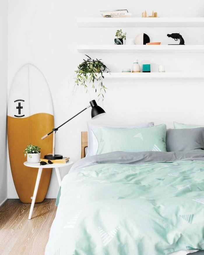 idées amenagement chambre à coucher petit espace d'ambiance scandinave, étagères murales au-dessus de lit à décorer selon les envies