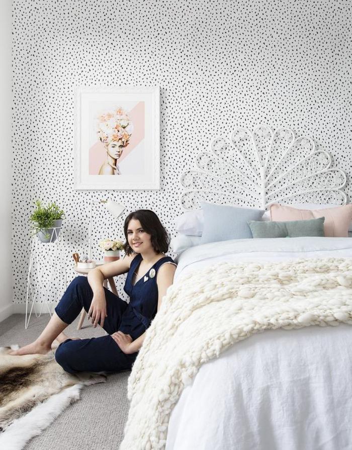 idée amenagement chambre à coucher douce et féminine aux accents pastel et un papier peint tendance à pois