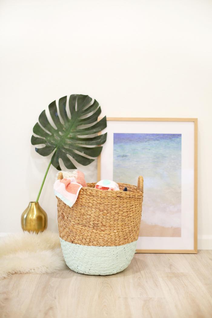 un panier de rangement tressé en osier personnalisé avec de la peinture pour un joli effet trempé, une décoration chambre à coucher d'esprit bohème chic