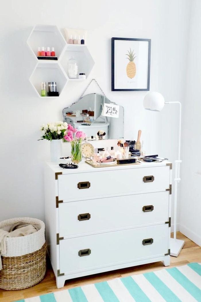 deco pour chambre très féminine avec une commode transformée en coiffeuse stylée et une jolie étagère alvéole