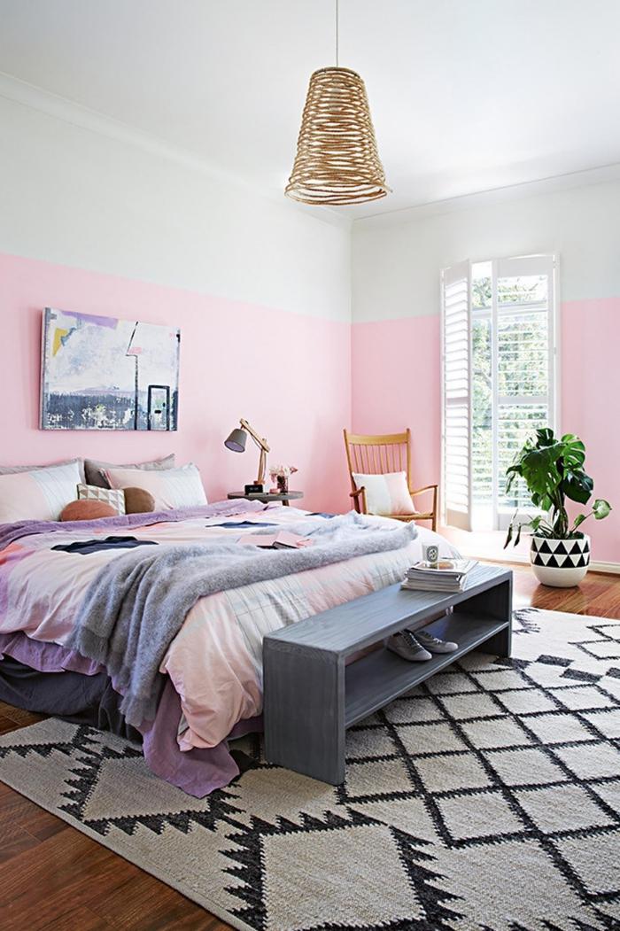 chambre adulte deco bohème chic en tons pastels sublimé par des motifs graphiques et un simple banc transformé en bout de lit