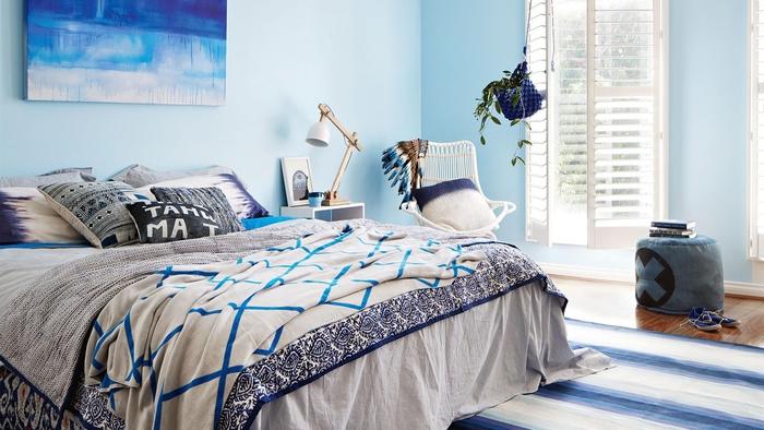 décoration chambre à coucher aux nuances de bleu pour une ambiance marine apaisante aux accents bohème chic