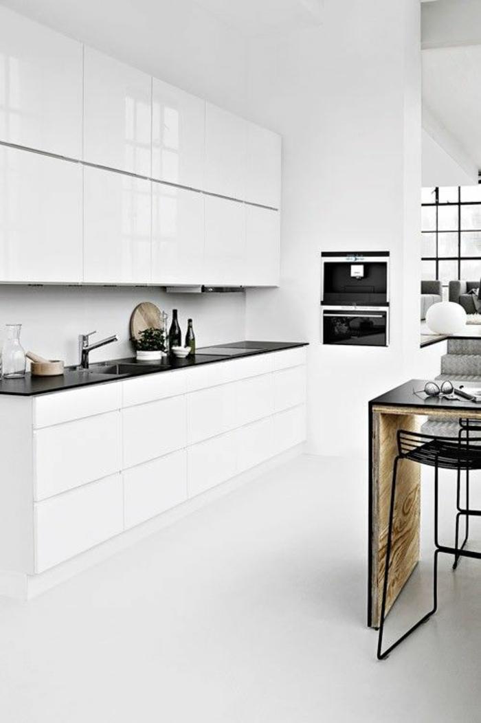 amenagement cuisine, plan de travail en noir, ilot en bois PVC noir, chaises en métal noir, carrelage blanc brillant