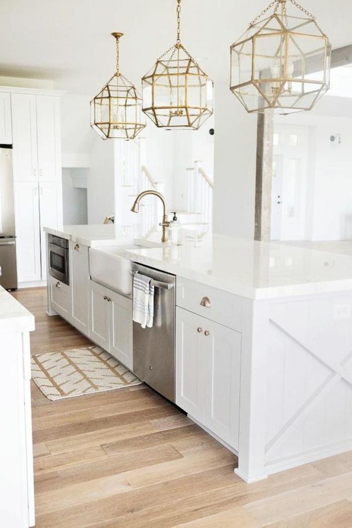 cuisine blanc laqué, cuisine équipée ikea, luminaires en métal couleur or et verre transparent, parquet contrecollé en marron et beige
