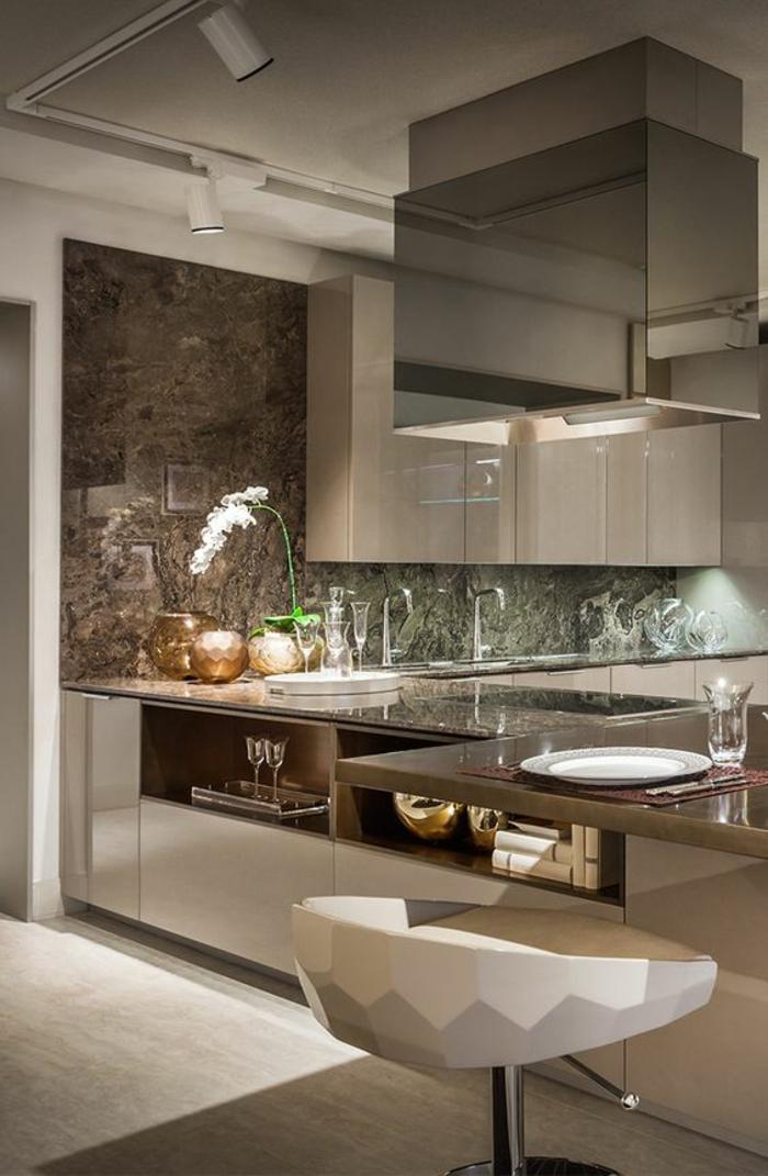 cuisine blanc laqué, cuisine équipée moderne, cuisine blanche plan de travail bois, surfaces en couleur bronze, plafond gris