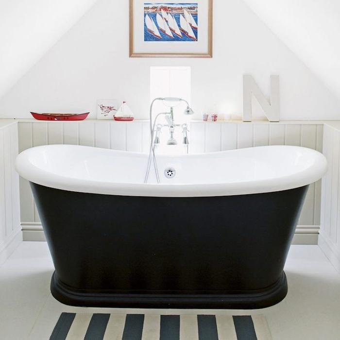 petite salle de bain avec baignoire noir et blanc, idée amenagement salle de bain sous pente, deco bord de mer