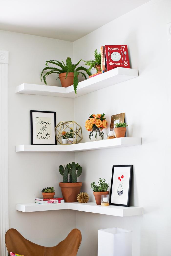 amenagement chambre à coucher petit espace, idée de rangement pratique et esthétique avec une étagère murale d'angle décorée de petits pots de plantes et des objets déco mignons