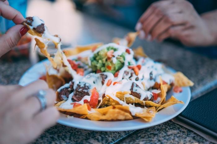 recette rapide pour le soir, repas mexicain avec nachos au fromage fondu et boeuf rôti garni de légumes vertes