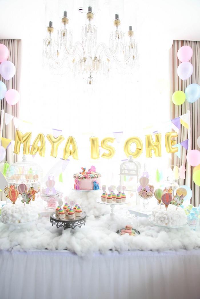 idée déco originale d'un buffet d'anniversaire licorne féerique et poétique revêtu de coton