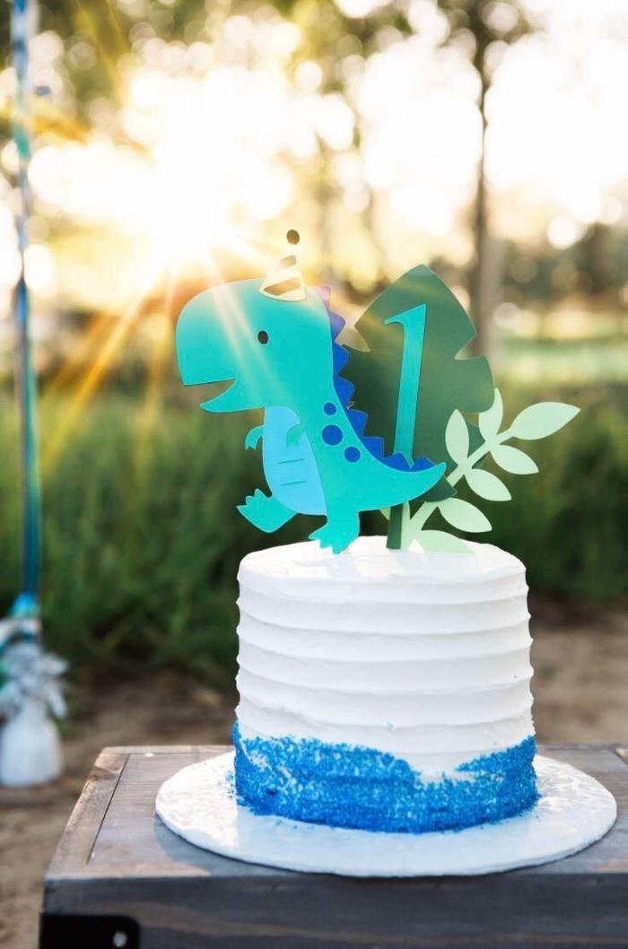 recette de gateau d anniversaire facile au glaçage blanc décoré à la base de sucre coloré et sublimé par un cake-topper dinosaure et feuille en papier