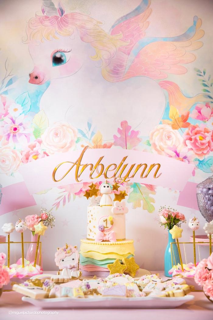 jolie déco licorne en couleurs pastel pour le premier anniversaire de votre fille, idée pour la décoration magique et féerique d un buffet d anniversaire