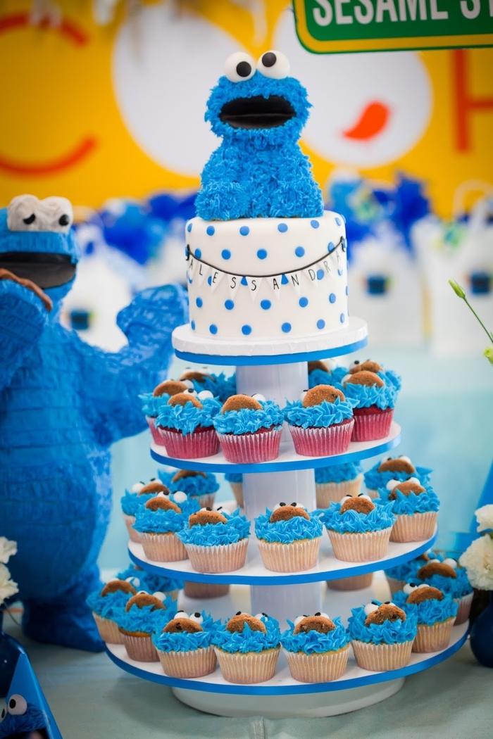 idée pour un buffet d'anniversaire avec un gateau d'anniversaire personnalisé cookie monster et des cupcakes au glaçage bleu