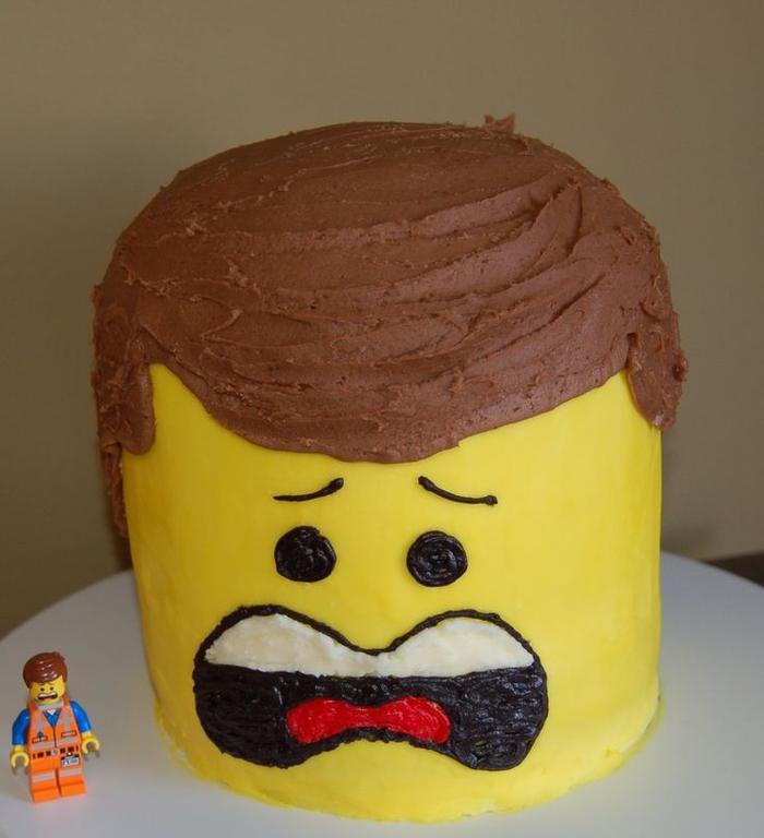 design original et insolite d'un gateau anniversaire 2 an façon personnage lego recouvert de glaçage brun et jaune
