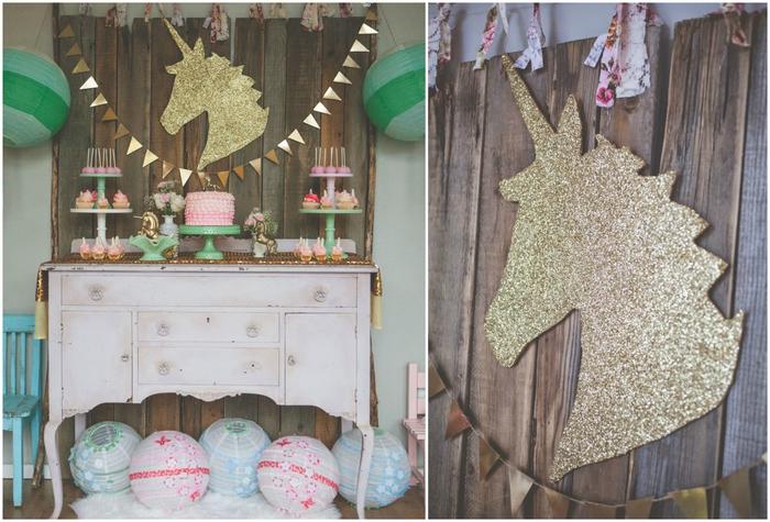 anniversaire theme licorne dans un esprit shabby chic avec une décoration murale dorée et un buffet sucré arrangé sur une table ancienne